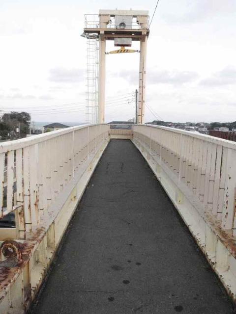 歩道橋の上