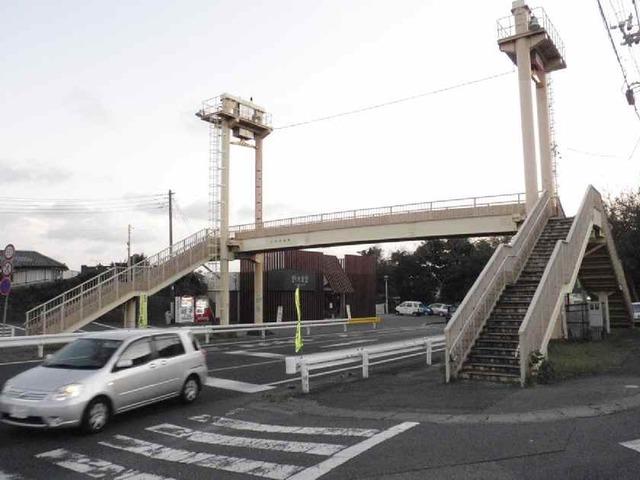 昼の歩道橋