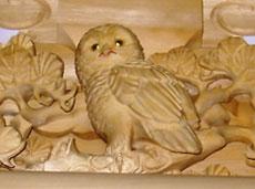 フクロウの彫り物