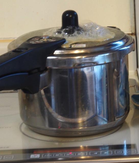 2.圧力釜で煮る