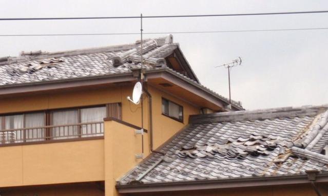 近所の瓦屋根a