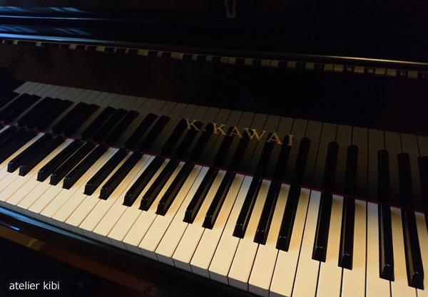 ピアノに向かう