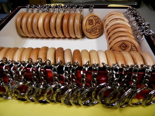 巳年 干支の木製キーホルダー ヘビ柄の木札