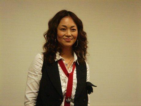 白シャツに赤ネクタイをしている中島知子