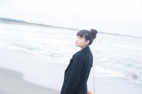 海岸_女性アップ