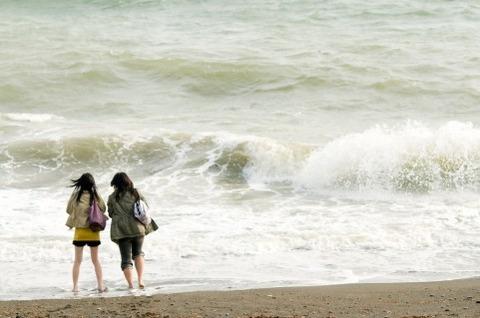 海岸_女性たち01