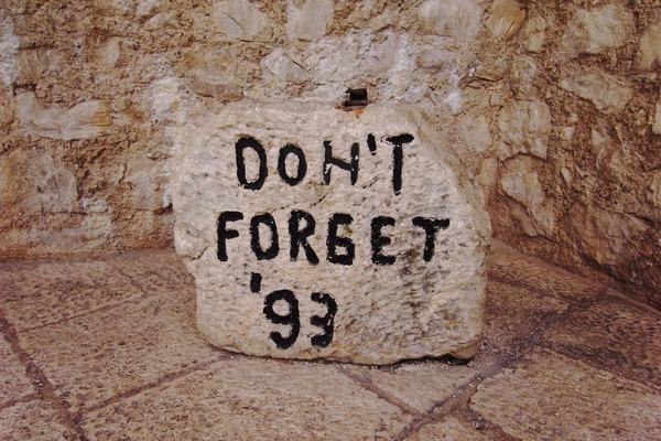スターリ・モストにある「DON'T FORGET '93」