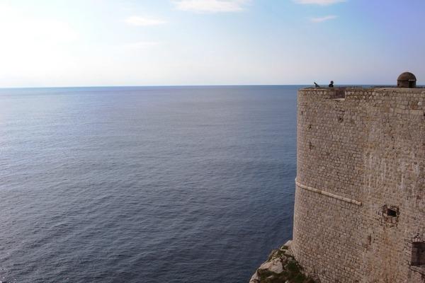城壁から海を望む