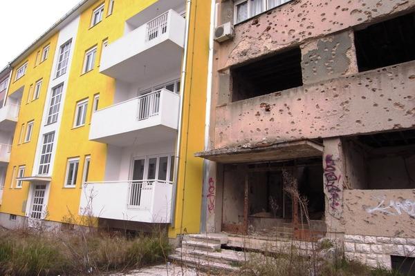 新調された建物の隣は焼け焦げたまま