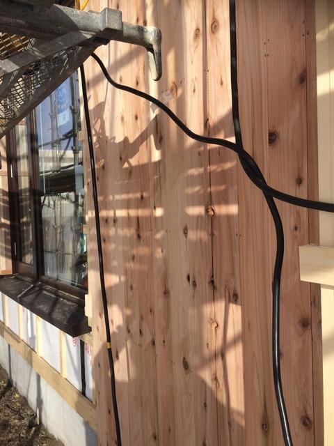 実は長持ちで経済的 青森県産杉の板張り外壁開始です。
