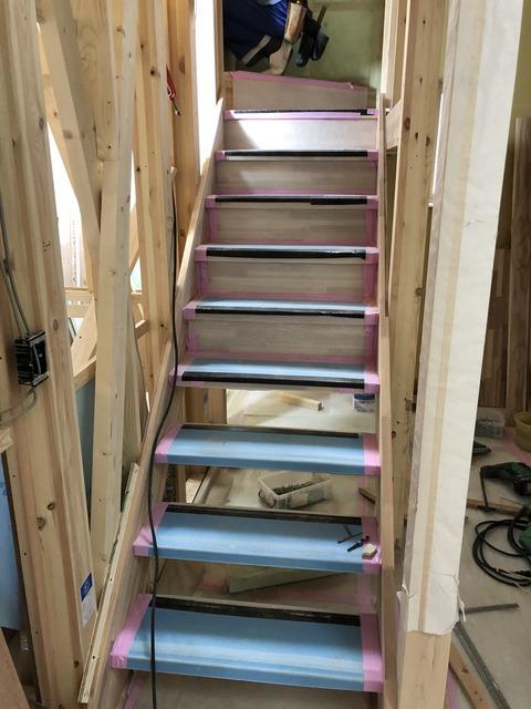 角窓の家は造作階段進行中です
