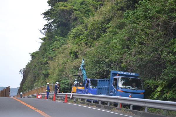 稲村ガ崎の崩壊現場の送水管工事