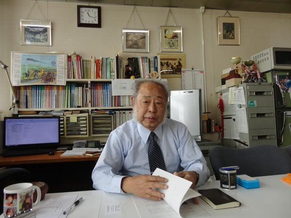 早稲田大学理工学術院で会見に応ずる小泉教授