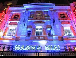 マンマミーヤの公演が行われた電通四季劇場