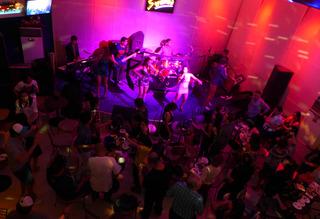 ライブハウス「STRUMM'S」での豚パーティー @フィリピン・マニラ