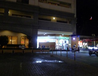 ホーチミン一のホテルと、唯一のファミリーマート