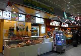シャルルドゴール空港のTGV駅前のカフェ