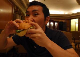 リッツカールトンの「ザ・ロビーラウンジ」で絶品和牛バーガーを食す! @マレーシア・クアラルンプール