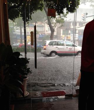 洪水と言って良いほど、ホーチミンでも珍しい大雨