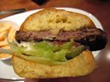 広尾・カフェ&ビストロ・デ・フレール・プルセルで和牛100%のハンバーガーを食す!