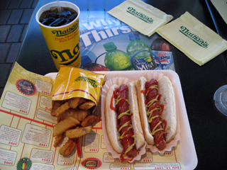「Nathan's Famous Hot Dogs(ネイサンズ)」のホットドッグ
