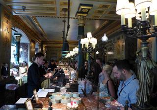 フランス菓子の老舗「Laduree Champs Elysees」 @パリ・シャンゼリゼ店