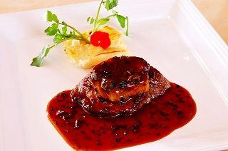 牛ヒレ肉のステーキロッシーニ風トリフソース