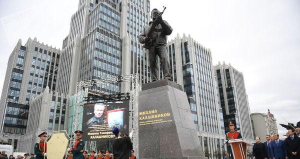 【AK-47】モスクワでカラシニコフ氏像除幕→ガンヲタ「それ、ドイツの突撃銃やん・・・」