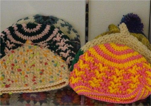「第4回手作りクラフト展」の出品作品、ニット帽、ガーゼのハンカチ、手編みカバー