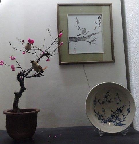 梅にツガイのウグイスのバードカービング、梅にウグイスの水墨画の色紙、梅の染付けのお皿