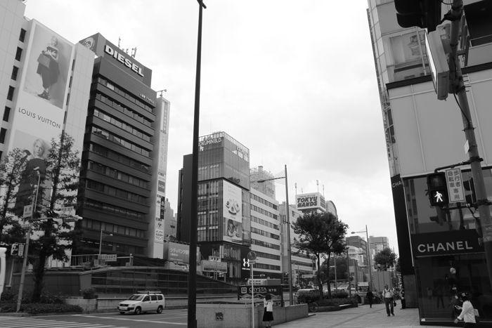 大阪・中央区・御堂筋・【モノクロさんぽ】新橋交差点20150623-5