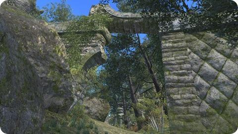 森の中に姿を現す遺跡っぽい場所