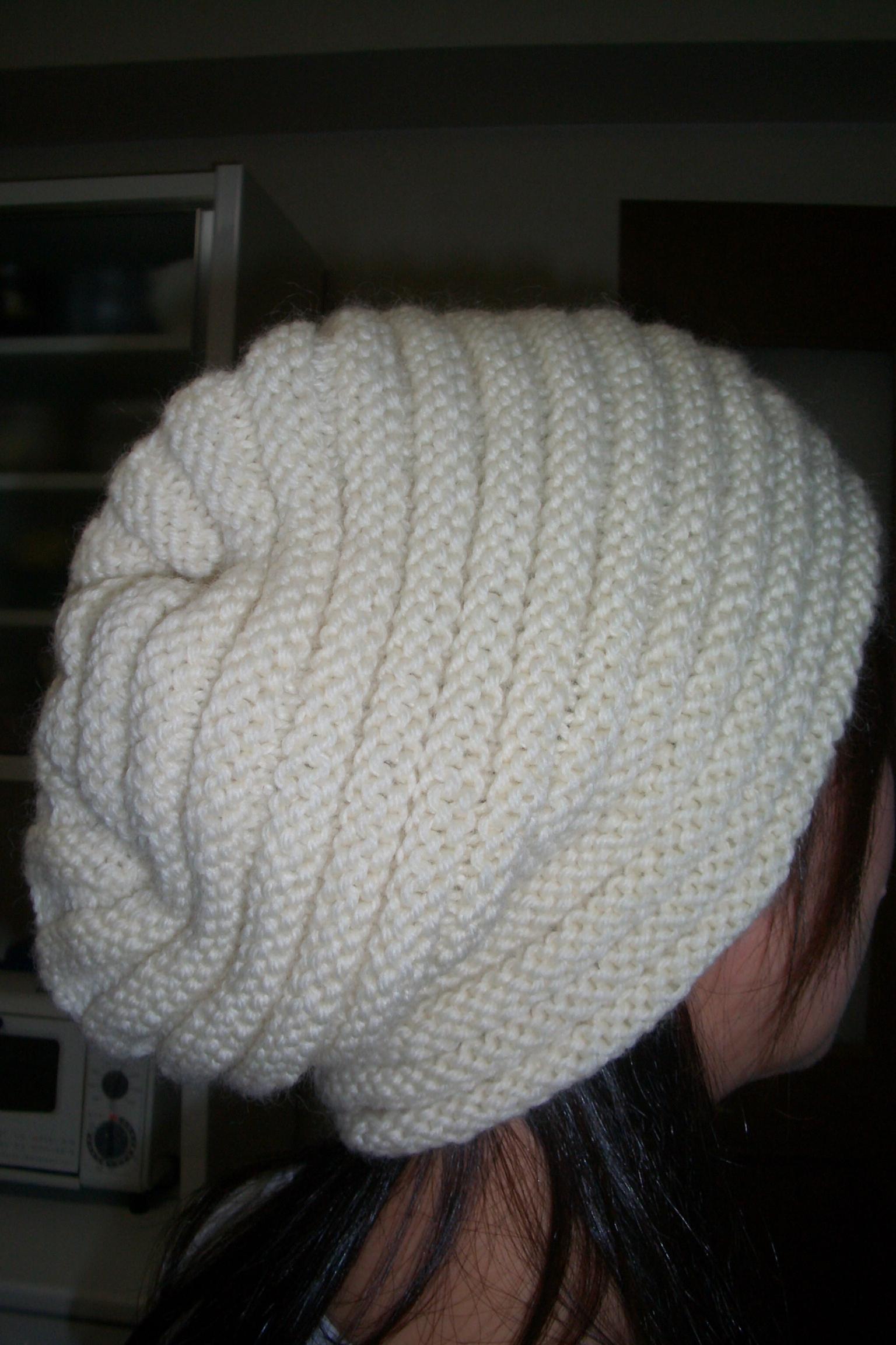 これ最後に編んだ自分用の帽子です。 毛100%、オフホワイト色、輪針9号使用。 編み方は簡単! 表編みと裏編みと3段ずつ繰り返し、減らし目なし、