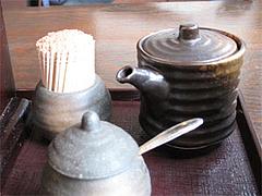 店内:卓上の醤油と一味唐辛子@讃岐うどん大使・福岡麺通団