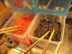店内:辛子高菜と紅しょうが@博多金龍ラーメン・長住
