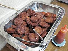 料理:漬物惣菜コーナーのハンバーグ@ラーメン居酒屋赤のれん&とん吉・箱崎