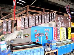 店内:生簀とメニュー@牡蠣小屋だいゆー(だいゆう・ダイユー)・糸島