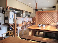 3店内:カウンターとテーブル@博多ラーメン・げんこつ
