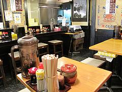 5店内:カウンター・テーブル席@ラーメン二男坊・博多本店・博多駅
