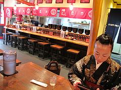 4店内:カウンター席@ラーメン・麺やダイニング・こもんど