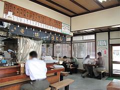 店内:カウンターとテーブル席@かねいしうどん・博多駅東