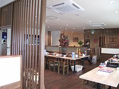 店内:テーブル席と小上がり@麺's蓮・那珂川