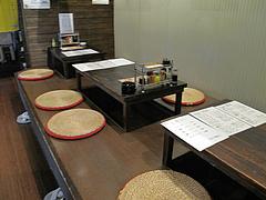 2店内:掘り炬燵のテーブル席@七輪居酒屋イソデチキン・舞鶴・天神