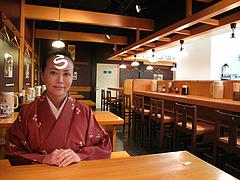 店内:テーブルとカウンター@麺処・糀や・キャナルシティ博多・ラーメンスタジアム
