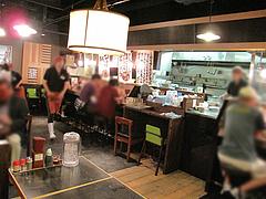 店内:テーブルとカウンター@麺家いろは・富山ブラック・キャナルシティ・ラーメンスタジアム