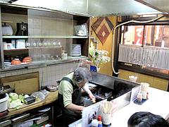 店内:カウンター席@小倉名物・元祖焼うどん・だるま堂