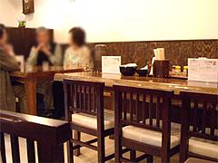 店内テーブル@うどん和助・福岡市城南区鳥飼