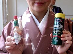 店内:タバスコと粉チーズ@はかまだ化粧品店・清川
