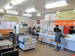 2店内:カウンターとテーブル@長浜ラーメン・一心亭本店・小田部