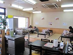 3店内:テーブル・小上がり@ラーメン博多長浜風び・原本店